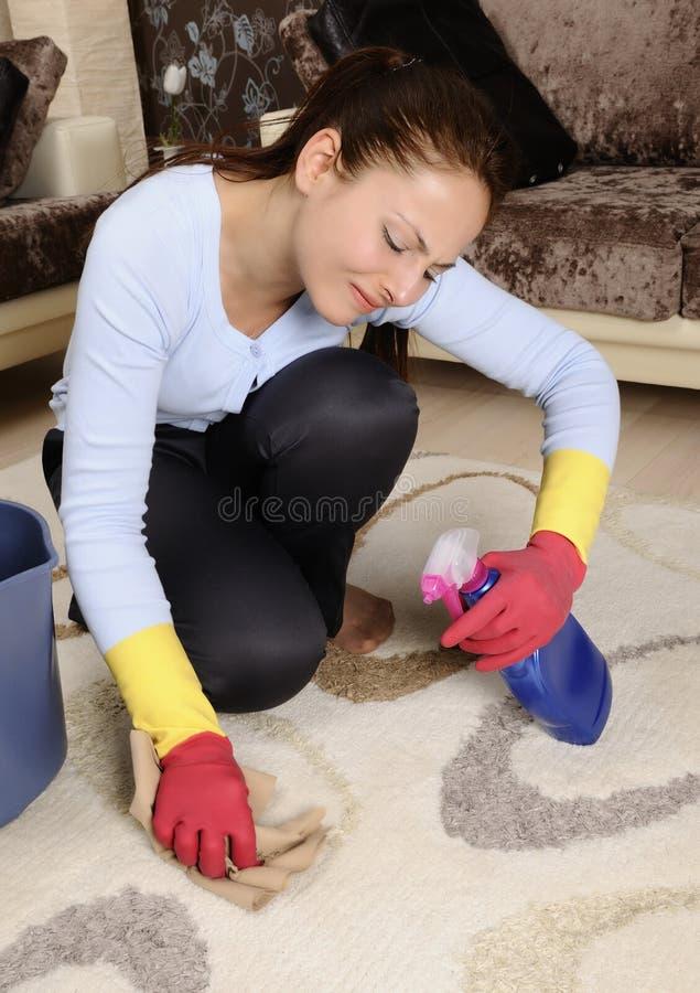 美丽的清洁房子疲乏的妇女 免版税库存照片