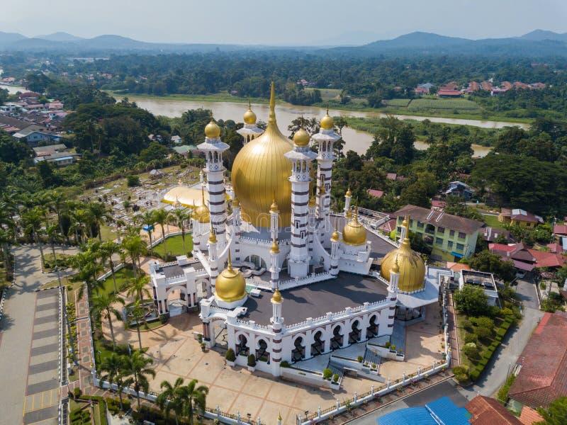 美丽的清真寺鸟瞰图在瓜拉江沙县,马来西亚 免版税库存照片