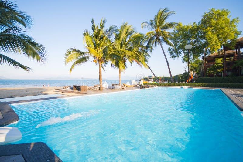 美丽的游泳池有海景 图库摄影