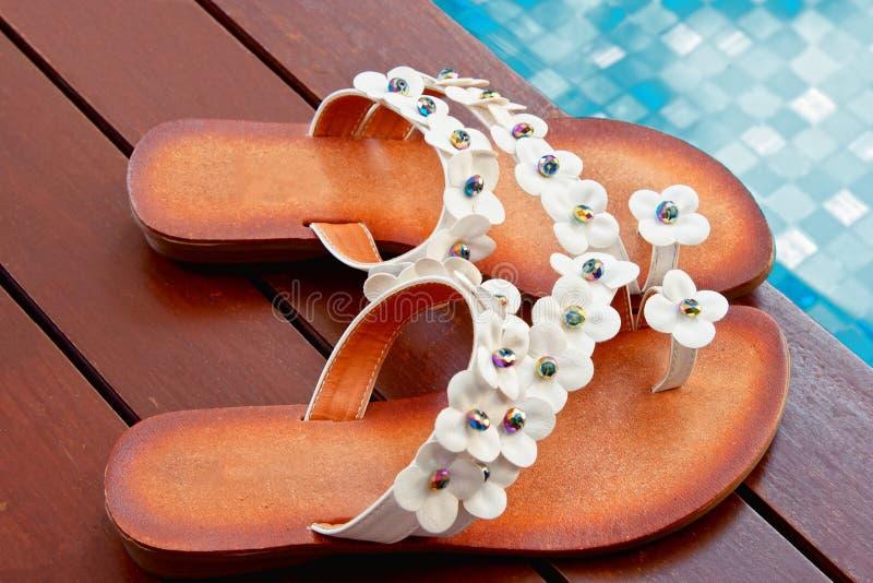美丽的游泳池边拖鞋 库存照片