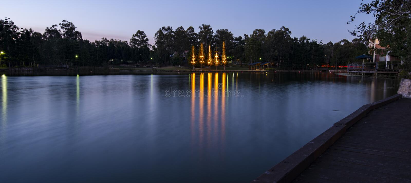 美丽的湖在黄昏的Springfield湖 免版税库存图片