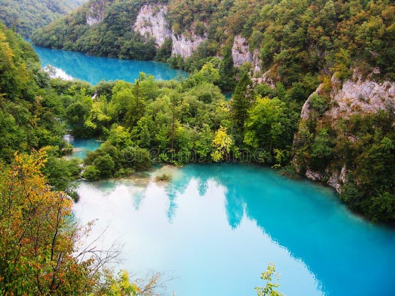 美丽的湖在Plitvice国家公园,克罗地亚落下 免版税库存照片
