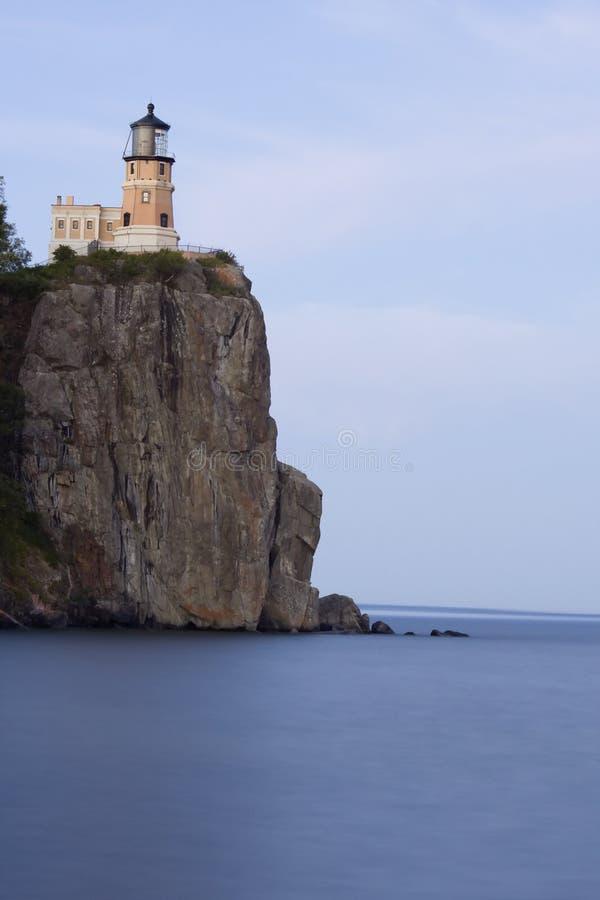 美丽的湖灯塔岩石分开的主管 免版税库存图片