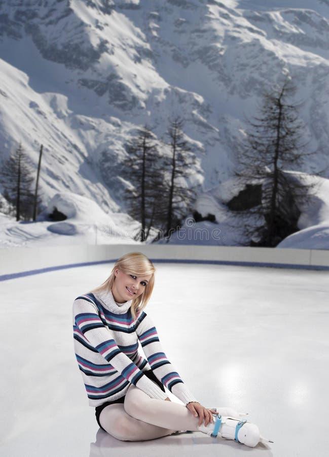美丽的溜冰鞋妇女年轻人 图库摄影