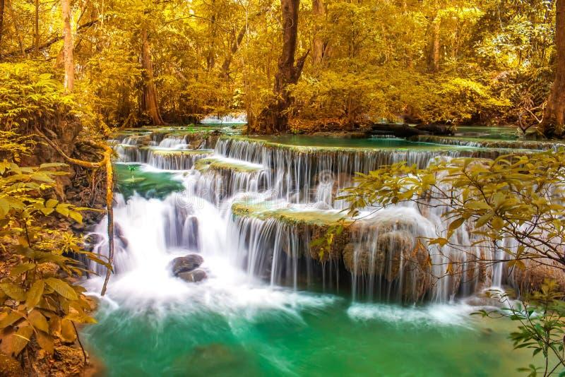 美丽的瀑布在国立公园美妙的秋天森林里,Huay Mae Khamin瀑布,北碧府,泰国 库存照片