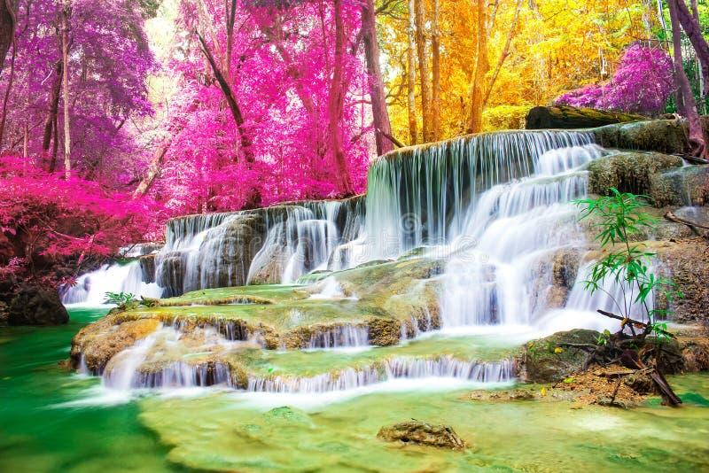 美丽的瀑布在国立公园美妙的秋天森林里,Huay Mae Khamin瀑布,北碧府 库存图片