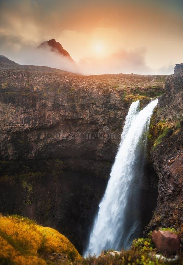 美丽的瀑布在日落的格陵兰 免版税库存照片