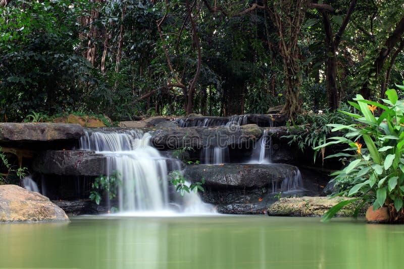 美丽的瀑布,瀑布,自然瀑布,庭院瀑布在Suan Luang Rama IX 9公园, Rama IX国王公园 免版税库存图片