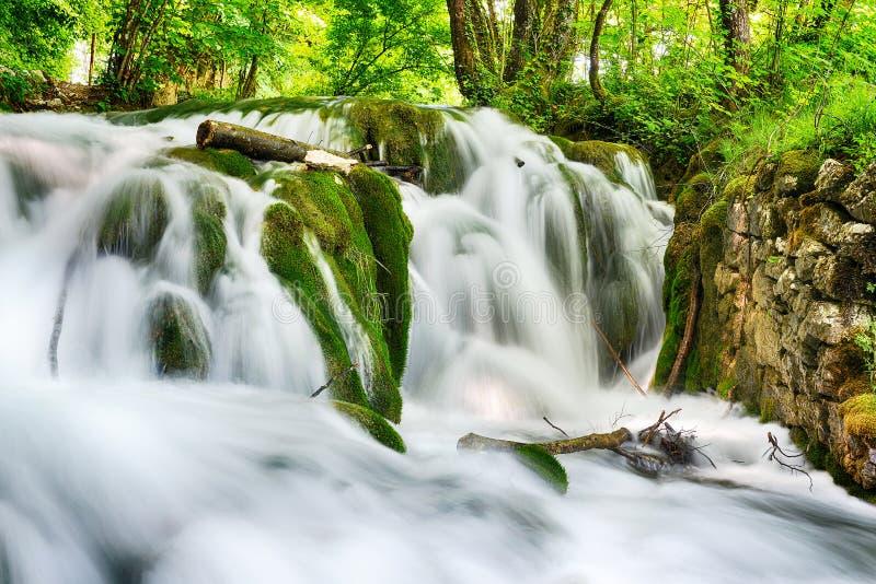 美丽的瀑布 免版税库存照片