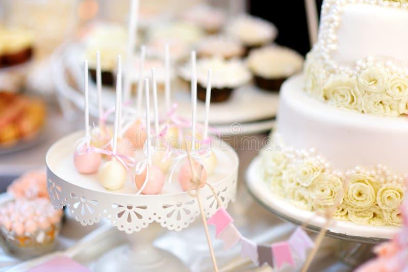 美丽的点心、甜点和糖果桌在结婚宴会 免版税库存图片