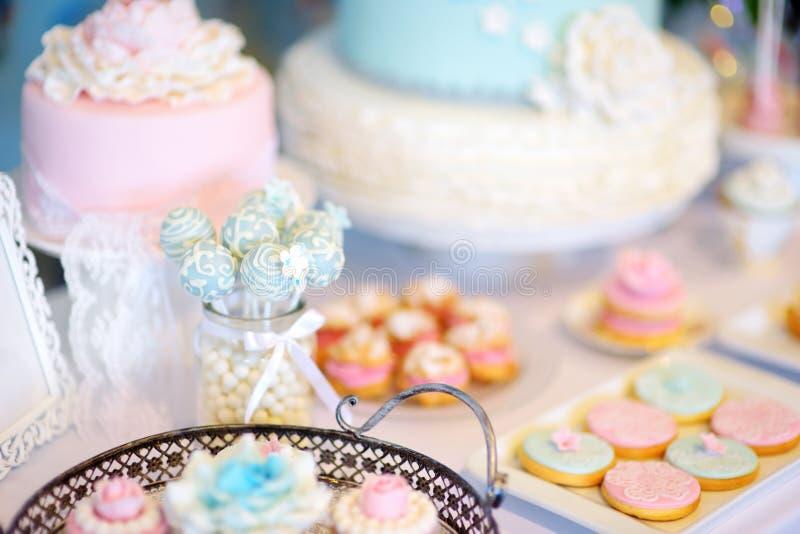 美丽的点心、甜点和糖果桌在结婚宴会 库存照片