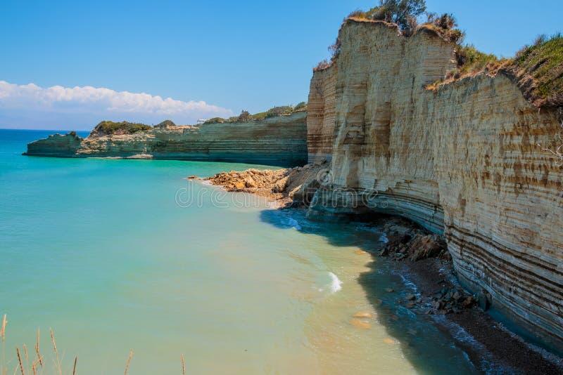 美丽的热带海海湾 与山海岛、岩石峭壁和蓝色盐水湖的风景风景 著名目的地  免版税库存图片