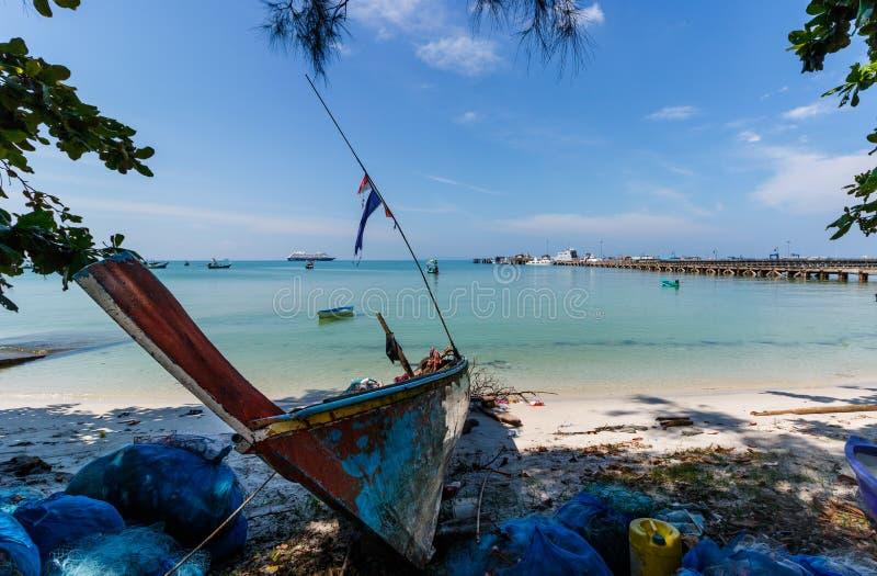 美丽的热带海滩和海看法酸值的苏梅岛,泰国有一个渔船的在前景 库存照片