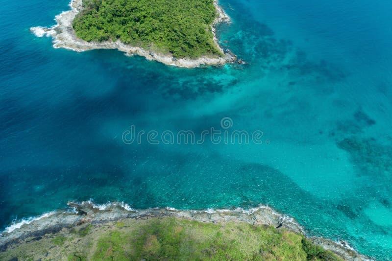 美丽的热带海,空中寄生虫射击了一小绿色islan 库存图片