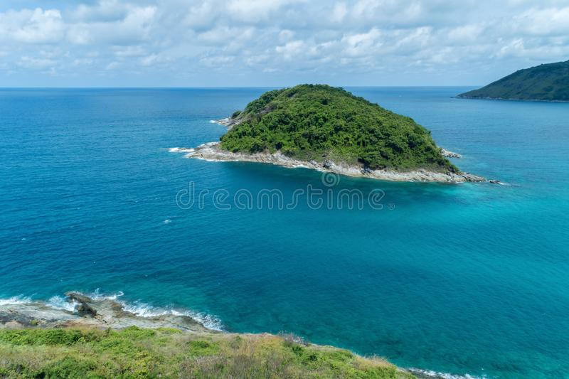 美丽的热带海,空中寄生虫射击了一小绿色islan 免版税库存照片
