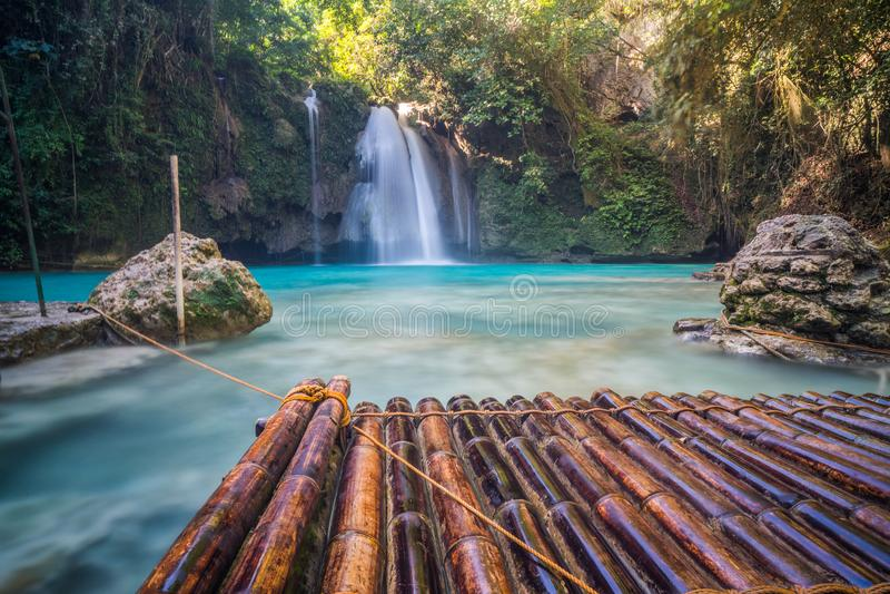 美丽的热带瀑布Kawasan菲律宾 库存照片