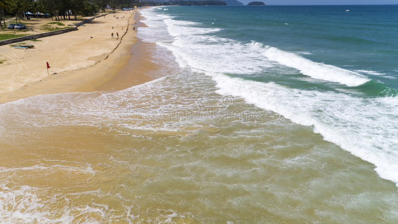 美丽的热带碰撞在含沙岸的海和波浪在karon海滩在普吉岛泰国,鸟瞰图寄生虫射击了 免版税库存图片