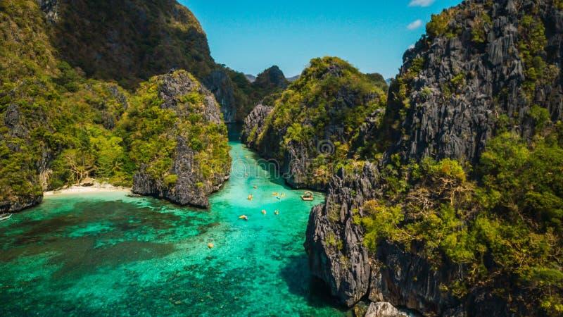 美丽的热带蓝色盐水湖 与海海湾和山海岛,El Nido,巴拉旺岛,菲律宾,亚洲东南部的风景风景 库存照片