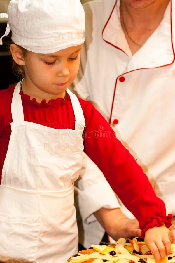 美丽的烹调女孩 免版税库存照片