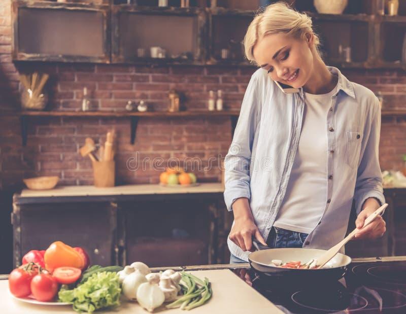 美丽的烹调女孩 免版税库存图片
