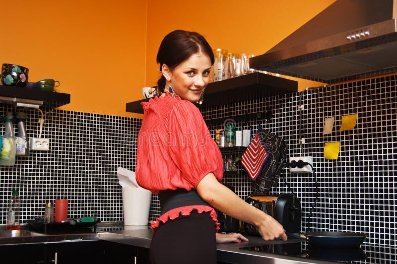 美丽的烹调妇女 免版税库存照片