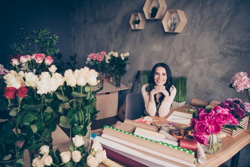 美丽的照片的关闭可爱她她的一起安排命令设计的波浪夫人玫瑰农场工人胳膊 免版税库存照片