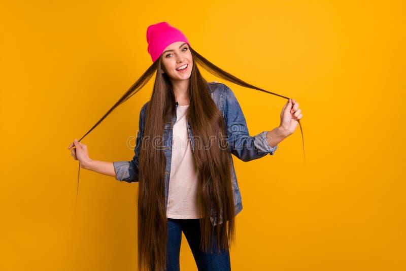 美丽的照片的关闭惊人她她演奏非常长的卷毛周末假期休息日的时髦的夫人青少年街道 图库摄影