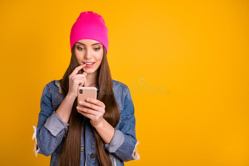 美丽的照片的关闭惊人她她的写读者朋友提议的夫人非常长的发型举行手胳膊电话 库存照片