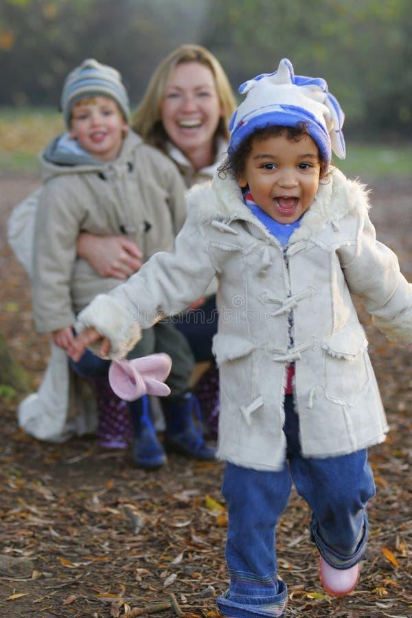 美丽的照相机女孩笑的混合的族种运行往whi 免版税库存图片
