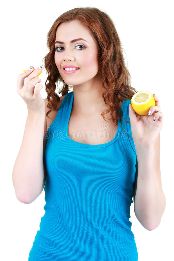 美丽的特写镜头少妇用柠檬 健康概念的食物 免版税图库摄影