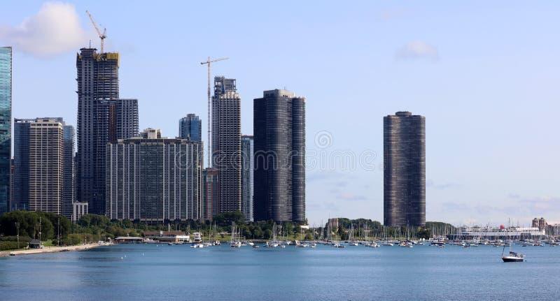 美丽的独特的摩天大楼、小游艇船坞和公园现代大厦在市芝加哥,伊利诺伊 蓝色玻璃建筑学 库存照片