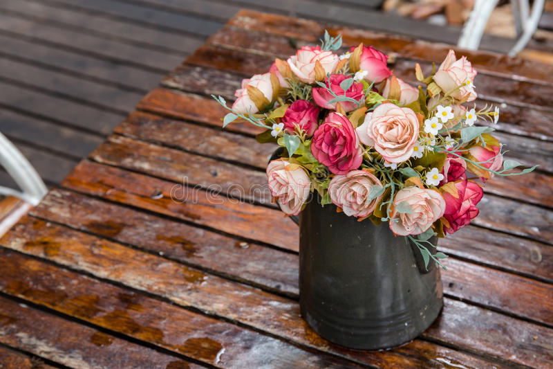 美丽的玫瑰色花伪造品花束 免版税库存图片