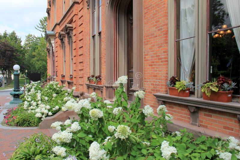 美丽的环境美化的庭院著名Canfield博物馆,萨拉托加,纽约外, 2015年 免版税图库摄影