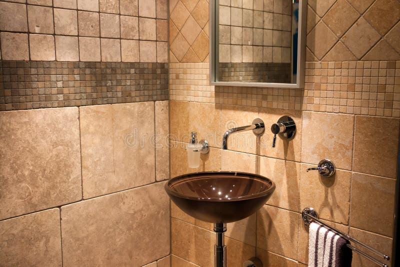 美丽的现代卫生间在豪华新的家 库存照片