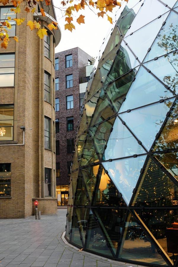 美丽的现代玻璃建筑 荷兰埃因霍温的德·布洛布购物中心 埃因霍温的金秋 免版税库存照片