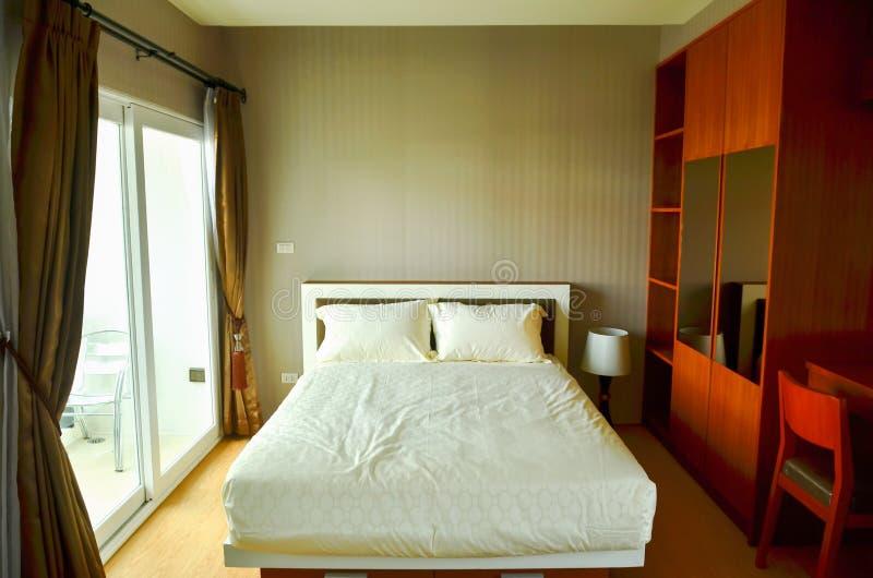 美丽的现代家和旅馆卧室 免版税库存图片