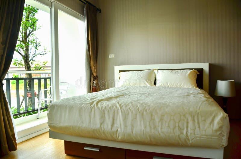 美丽的现代家和旅馆卧室 免版税图库摄影