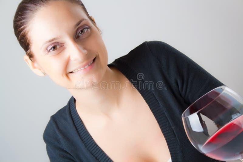 美丽的玻璃夫人酒年轻人 免版税库存图片