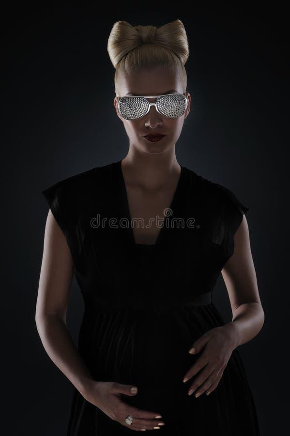 美丽的玻璃怀孕的时髦的妇女 免版税库存图片