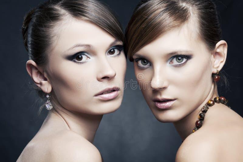 美丽的珠宝二妇女 免版税库存照片
