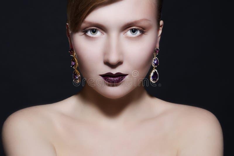 美丽的珠宝佩带的妇女 库存照片
