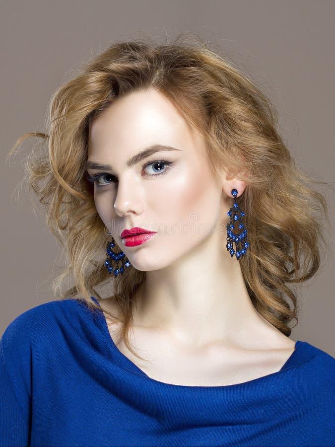 美丽的珠宝妇女年轻人 金发 免版税库存图片