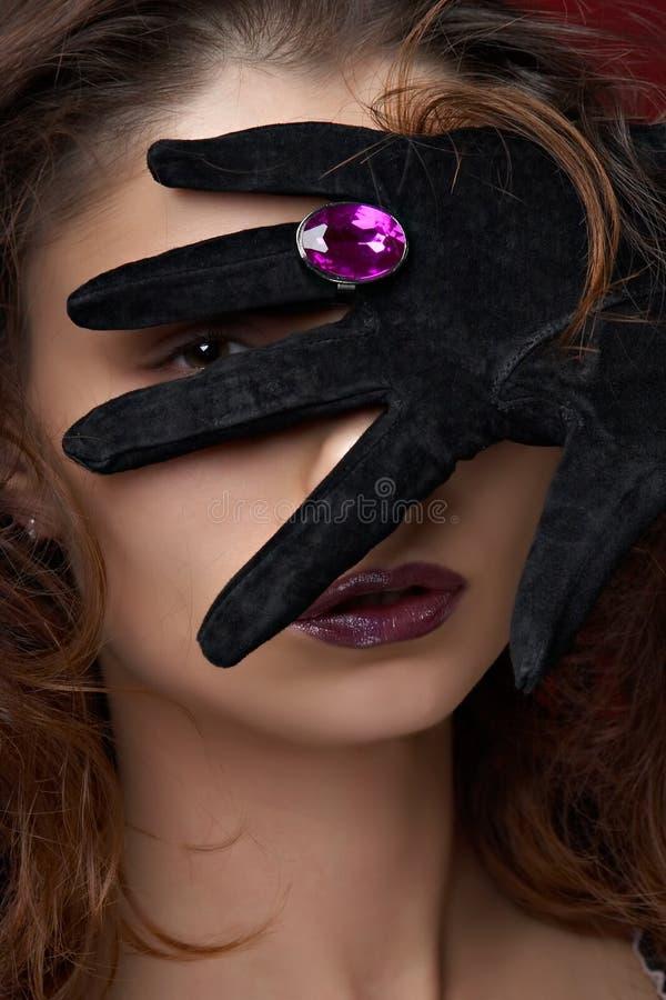 美丽的珠宝紫罗兰色妇女年轻人 库存图片