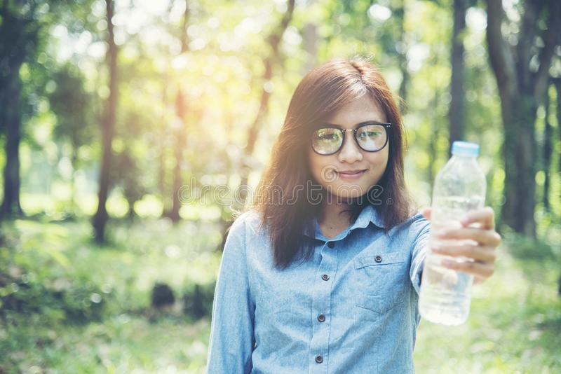 美丽的瓶喝女孩水 库存图片