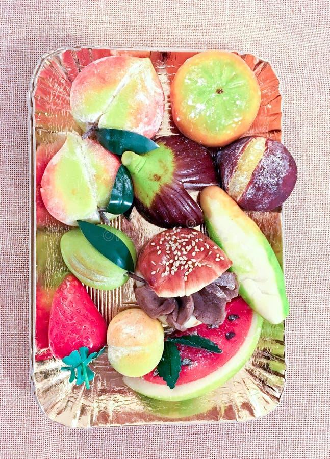 美丽的甜点由各种各样的形状制成小杏仁饼  免版税图库摄影