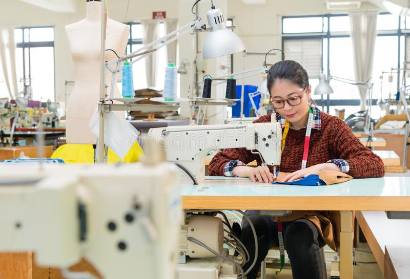 美丽的甜衣物工厂缝合的妇女 库存照片