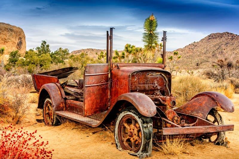 美丽的生锈的老汽车在沙漠 免版税库存照片