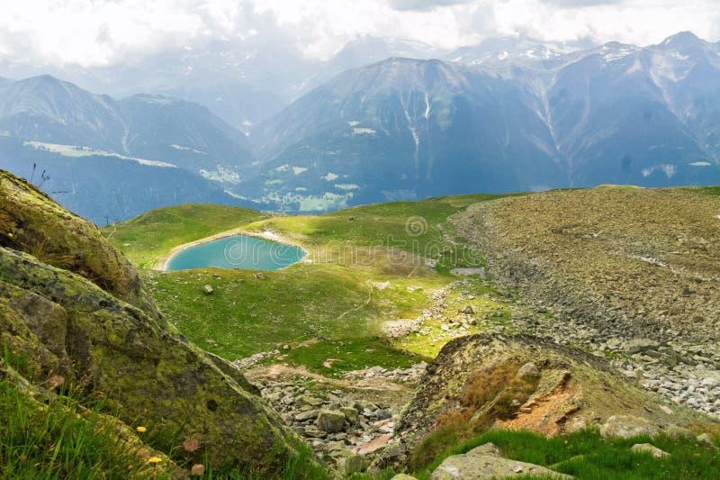 美丽的田园诗阿尔卑斯环境美化与湖和山在夏天 免版税库存图片