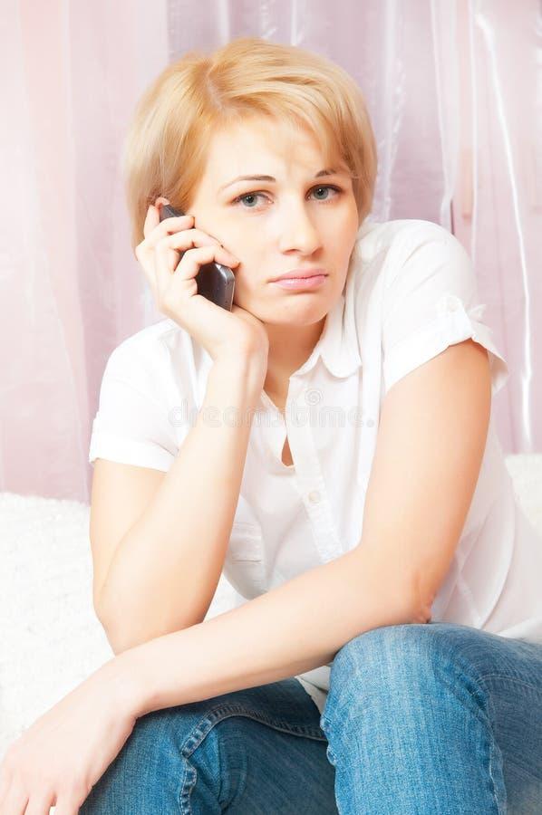 美丽的电话告诉的妇女 库存照片