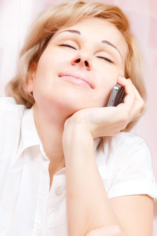 美丽的电话告诉的妇女 库存图片